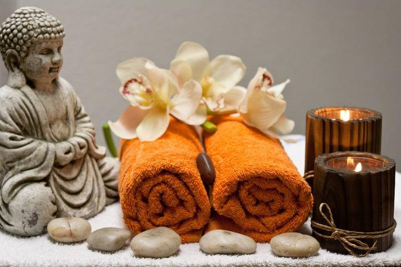 Buddha met handdoeken voor de spa